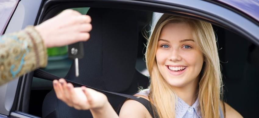 Noleggiare un'auto con meno di 25 anni, i costi aggiuntivi per i conducenti giovani